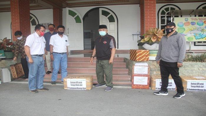 PT Perkebunan Minanga Ogan Serahkan 78 Set APD Lengkap kepada Tim Medis di OKU