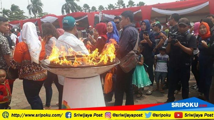 Tiba di BKB Palembang, Api Obor Asian Games 2018 Jadi Sasaran Foto Selfie Warga