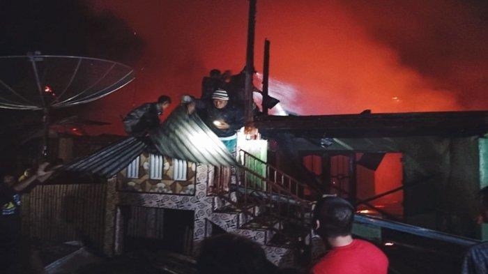 Diduga dari Gudang Kopi, Api Hanguskan Dua Rumah di Semende Darat Laut Muaraenim, Kendaraan Terbakar