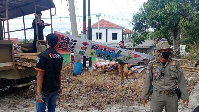 Libatkan Personel Pol-PP, Bawaslu OKU Selatan Turunkan APK di Kota Muaradua