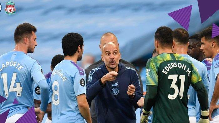 Pep Guardiola saat memberikan arahan kepada anak-anak asuhnya pada laga Manchester City Vs Liverpool di Stadion Etihad, Kamis (2/7/2020).