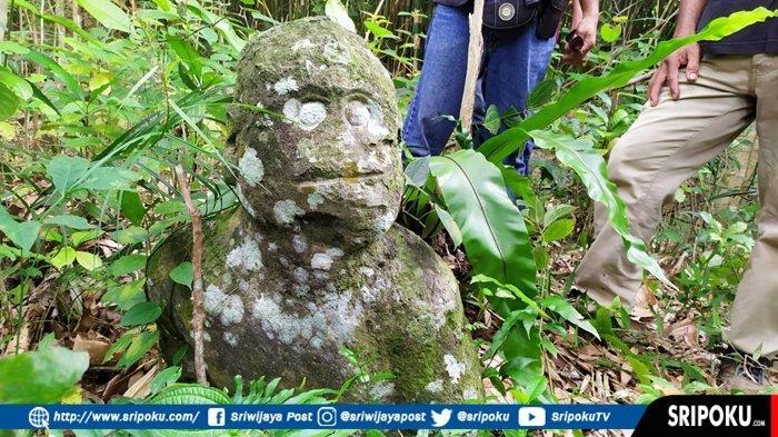 Arca patung kepala yang berada di Dusun Sekayoen masuk dalam ruang lingkup Desa Rindu Hati,  Kecamatan Gumay Ulu, Kabupaten  Lahat, Sumatera Selatan