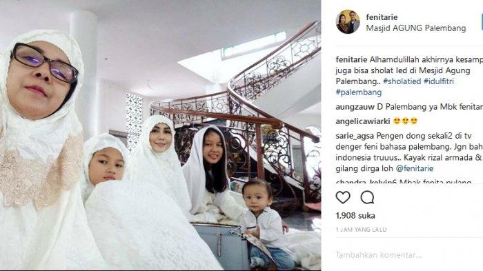Mudik ke Palembang, Arie Untung Sekeluarga Salat di Masjid Agung