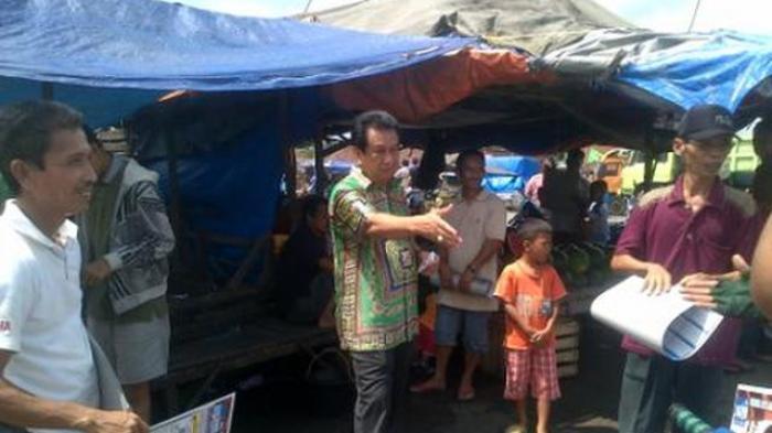 Anwar Fuadi saat blusukan di kawasan past  di Palembang.