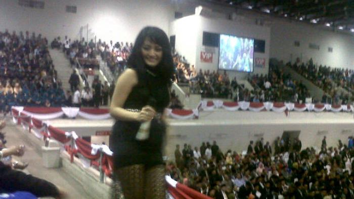 Siti Badria Hibur Tamu Pelantikan Tujuh Bupati di Sumsel dengan Goyang Duma (Foto)
