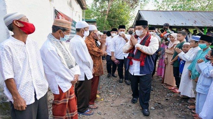 Bupati Banyuasin H Askolani SH MH disambut warga Kecamatan Sumber Marga Telang ketika hendak safari ramadhan