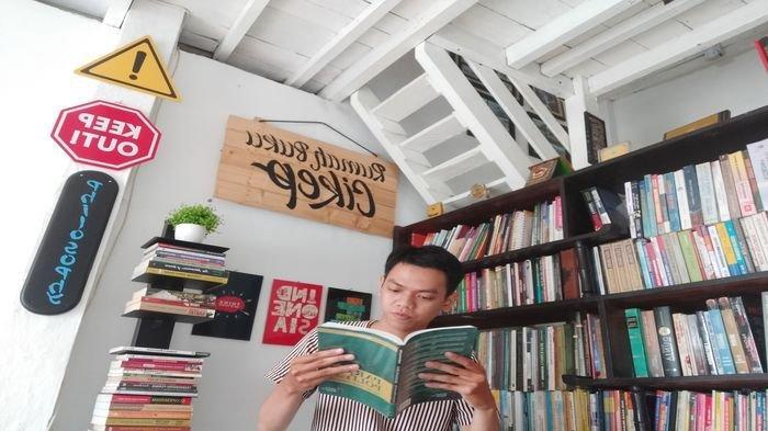 Puisi 'Kepada Mendiang Om Renol' Karya Asmaran Dani