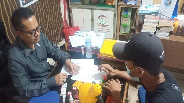 Salah seorang orang tua korban saat meminta bantuan hukum di LBH PALI, Kamis (16/9/2021)