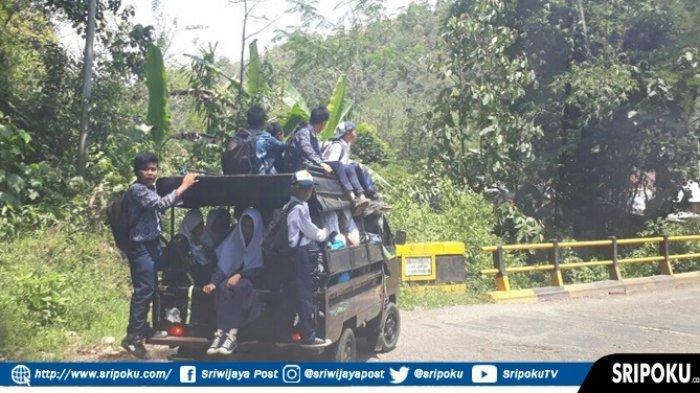 Minim Angkutan Umum, Siswa di Pagaralam Harus Diduduk Diatap Mobil