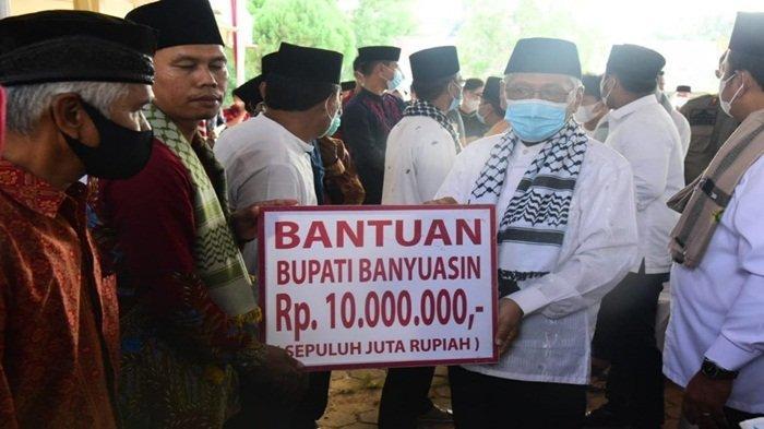 Wabup Banyuasin H Slamet SH menyerahkan bantuan dari Bupati H Askolani ke Masjid Al-Muhajirin Kelurahan Taja Raya I Kecamatan Betung