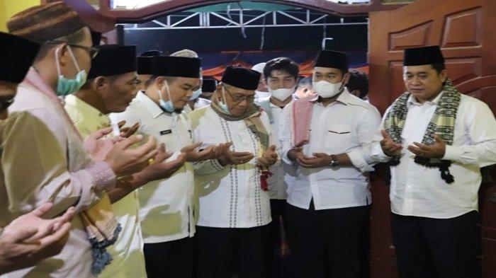 Bupati Banyuasin H Askolani SH MH paling kanan mengangkat kedua tangan berdoa bersama Wabup H Slamet nomor 3 dari kanan dipimpin ustazd
