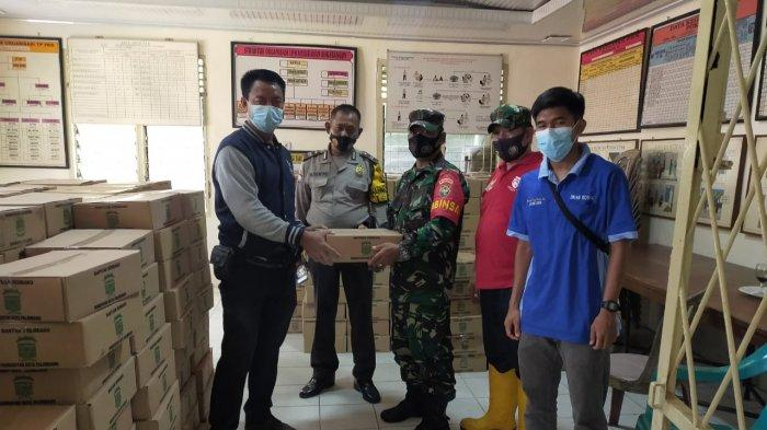 Pelda Zainal, Babinsa Koramil Sukarami Bagikan Paket Sembako Gelombang 4