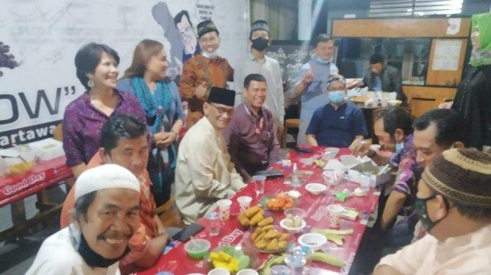 PWI Sumsel Pererat Tali Silaturahmi dan Lakukan Aksi Sosial Berbagi - bagi1jpg.jpg