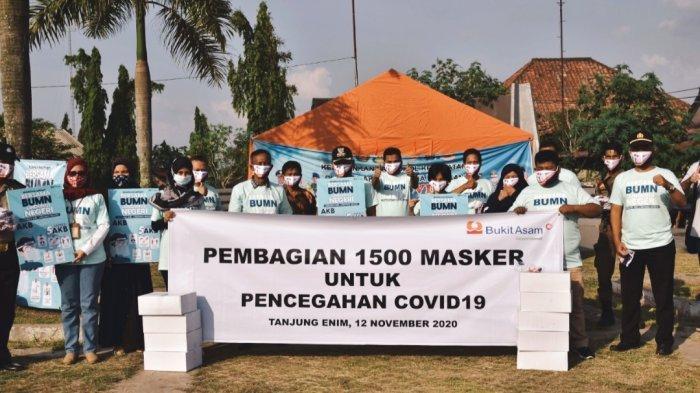 PTBA Bagikan 1500 Masker Gratis di Simpang V Monpera Tanjung Enim, Lindungi Diri Lindungi Negeri