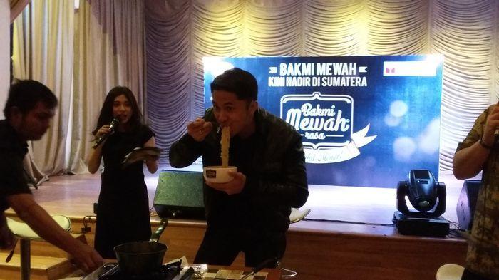 Hengki Kurniawan Pamer Keahlian Masak Bakmi Mewah di Palembang
