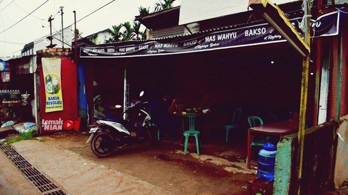 Bakso Mas Wahyu berlokasi persis di seberang Pabrik BW yang merupakan sebuah pabrik sabun.