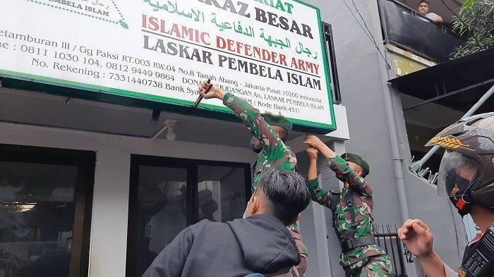 Aparat Kepolisian dan TNI Sapu Bersih Simbol FPI di Daerah, Warga Pasrah