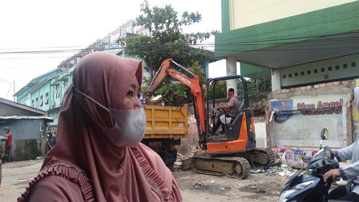 Bangunan Liar di Jalan KH Balqi Banten Dirobohkan Alat Berat, Ibu Ini Kehilangan 3 Kios Sekaligus