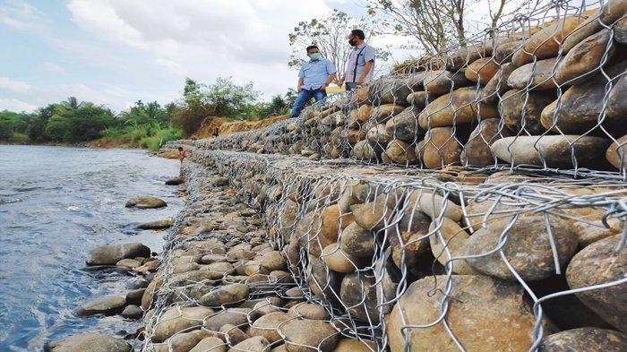 PTBA Bangun Bronjong di Pinggiran Jalan Lingkar Aliran Sungai Enim Desa Tanjung Agung