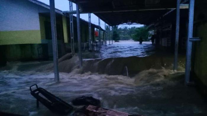 Intensitas hujan yang tinggi mengakibatkan Sungai Ogan meluap dan beberapa bagunan di dekat bantaran Sungai Daerah Alirahn Sungai (DAS)  terendam banjir Sabtu (9/5/2020) malam. Foto dokumen Polsek Ulu Ogan