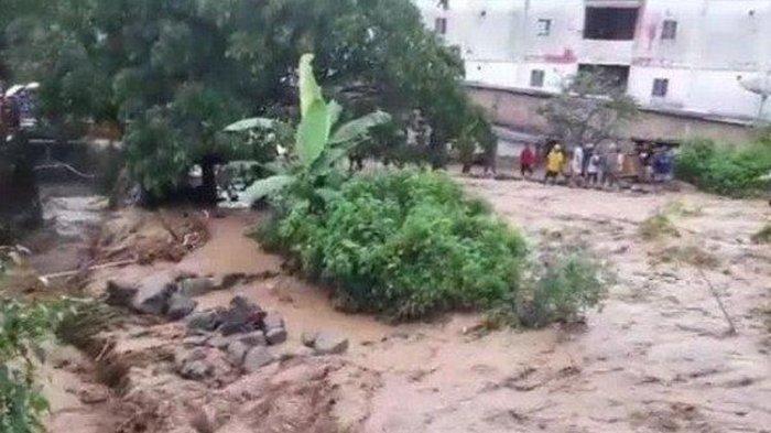 Diterjang Banjir dan Longsor, Lalu Lintas di Parapat Lumpuh