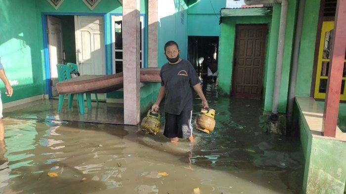 Sudah 8 Jam Banjir Rendam Rumah di Muaraenim, Warga Tuding Proyek KAI Jadi Biang Keroknya