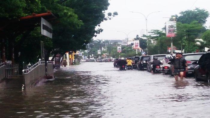 BREAKING NEWS: Banjir Landa Jalan Protokol di Palembang, Puluhan Motor Matic Mogok