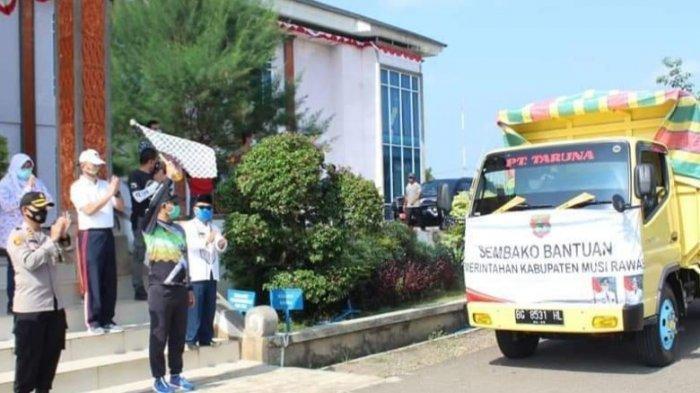 Bupati Hendra Gunawan Serahkan Bansos Tahap IV untuk 4 Kecamatan di Musirawas
