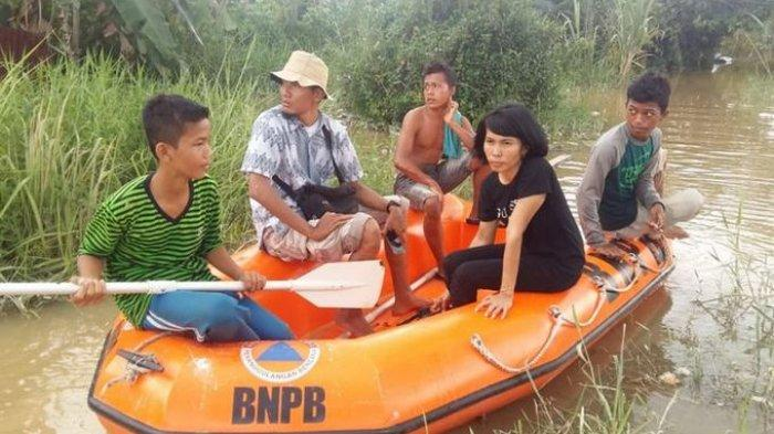 Kisah 3 Remaja Gunakan Perahu Karet Bantu Korban Banjir di Pekanbaru