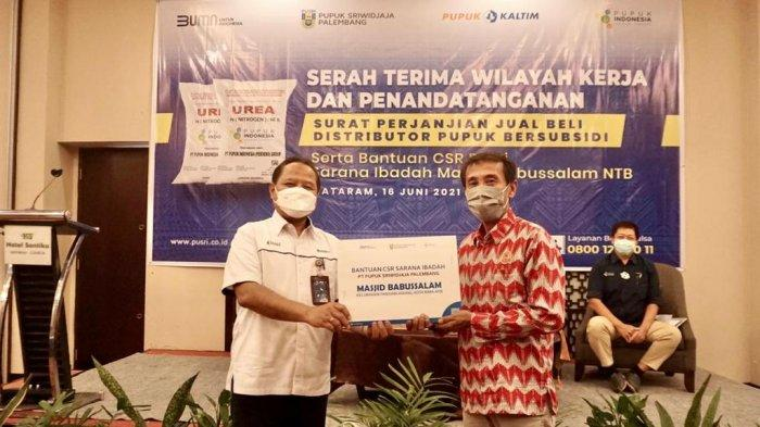 PT Pusri menyerahkan bantuan CSR sarana ibadah dari Pusri untuk Masjid Babussalam Kelurahan Tanjung Kota Bima NTB.