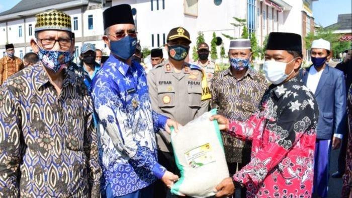 1680 Kepala Keluarga di Tugumulyo Dapat Bantuan Beras dari Baznas Musirawas