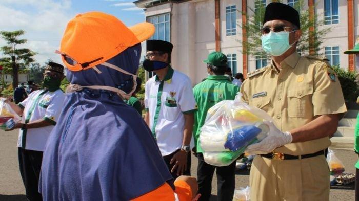 164 Pekerja Harian Lepas Pemkab Musirawas yang Terdampak Covid-19 dapat Bantuan Paket Sembako