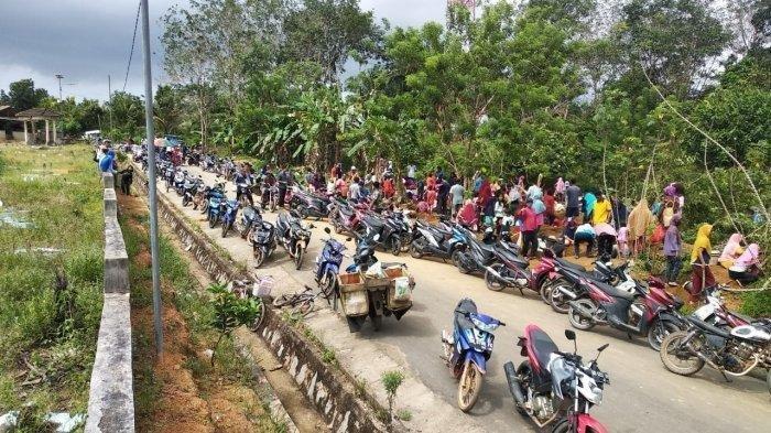 GEMPAR Ratusan Warga Buru Batu Rak di Kuburan, 3 Hari Bisa Kumpulkan Rp 100 Juta
