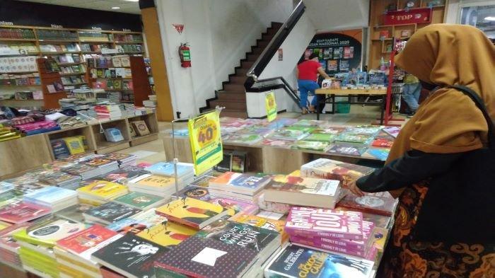 Pilih Ribuan Judul Buku Sesuka Hati Gramedia Gelar Bazar Bertabur Diskon Sriwijaya Post