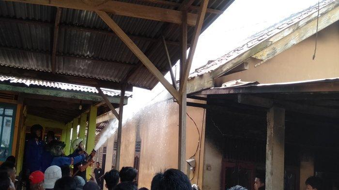 BREAKING NEWS : Rumah Bengkel Sepeda Motor di Gandus Palembang Terbakar, Diduga Korsleting Listrik