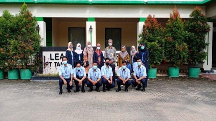 Berfoto bersama para guru di Yayasan Pendidikan Tanjung Enim Lestari