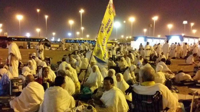 Jemaah Haji Saat Tiba di Muzdalifah Langsung Dibagikan Kantong Berisi Batu kerikir