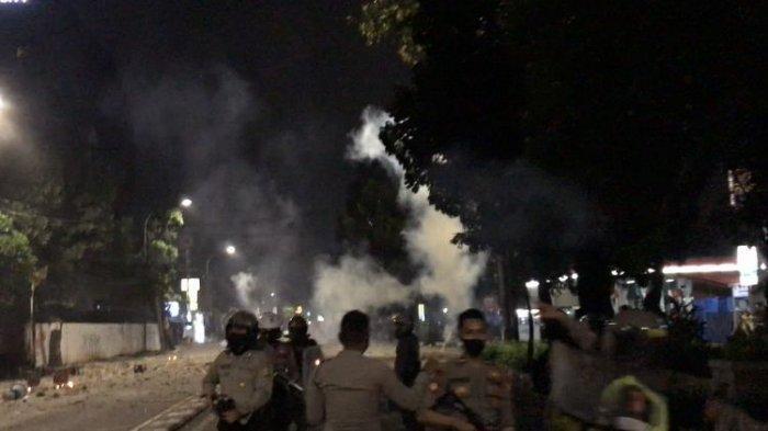 TENGAH Malam, Massa Bentrok, Lempar Batu hingga Bom Molotov: Dibalas Tembakan Gas Air Mata