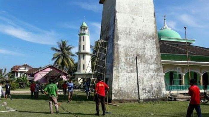 Polisi dan Warga Bersihkan Menara Masjid Al Mutaqin PALI