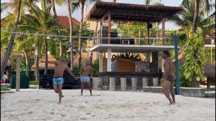 Alberto 'Beto' Goncalves Unggah Kemesraan Bareng Istri dan Main Voli Pantai di Pulau Dewata Bali