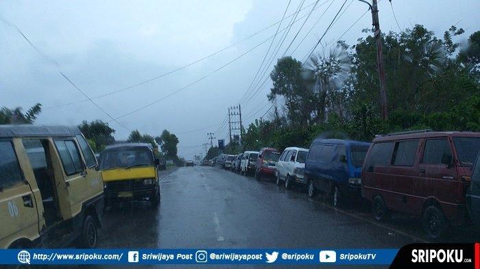 Antrian BBM di Pagaralam Sering Ganggu Lalulintas , Dua Sisi Jalan Raya Jadi Lokasi Parkir