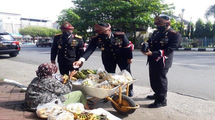 Pedagang Keliling Ketiban Rezeki dari Wakapolda Sumsel, Usai Upacara Hari Kemerdekaan RI ke-76