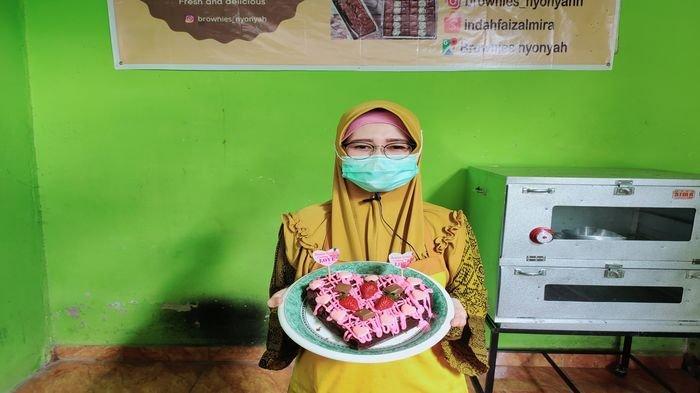 Owner Brownies Nyonyah, Siti Riana Nurul Indah saat membuat Brownies Heart menyambut Hari Valentine.