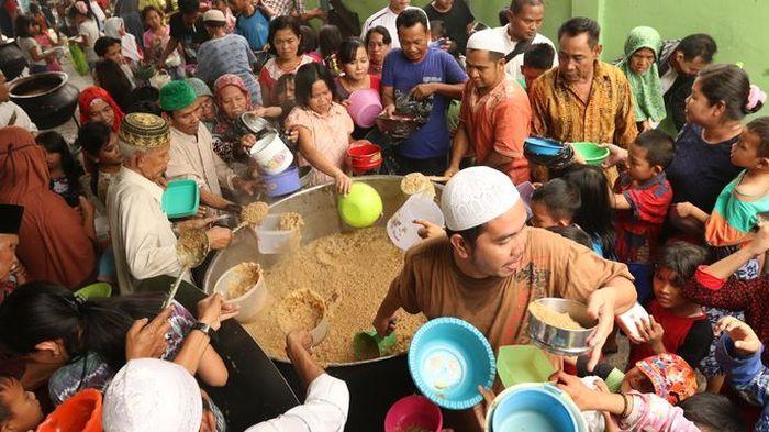 Ribuan anak yatim dan kaum dhuafa menyerbu tempat pengajian Majelis Taklim Raudatul Ilmi pimpinan Ustadz H Taufik Hasnuri di Jl KH Azhari, 12 Ulu Palembang, untuk mendapatkan Bubur Asyura, Jumat (23/10/2015).