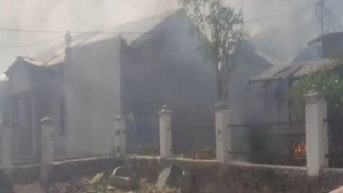 Mencekam Sekelompok Warga Ngamuk Puluhan Rumah dan Kantor Desa Dibakar, Buru Pelaku Pembunuhan Arif