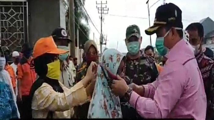 Cegah Wabah Virus Corona atau Covid-19, Bupati Banyuasin H Askolani SH MH Bagikan Masker Gratis