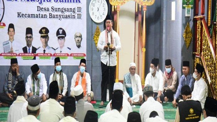 Bupati Banyuasin H Askolani SH MH ketika menyampaikan kata sambutan saat safari ramadhan di Desa Sungsang II