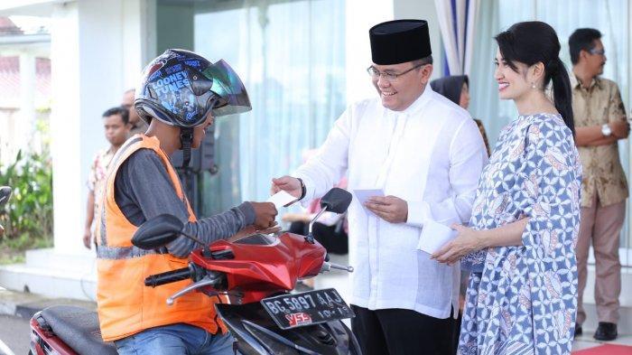 Bupati Muba Dodi Reza Bagikan Zakat Mal kepada Ribuan Pengayuh Becak dan Pengemudi Ojek