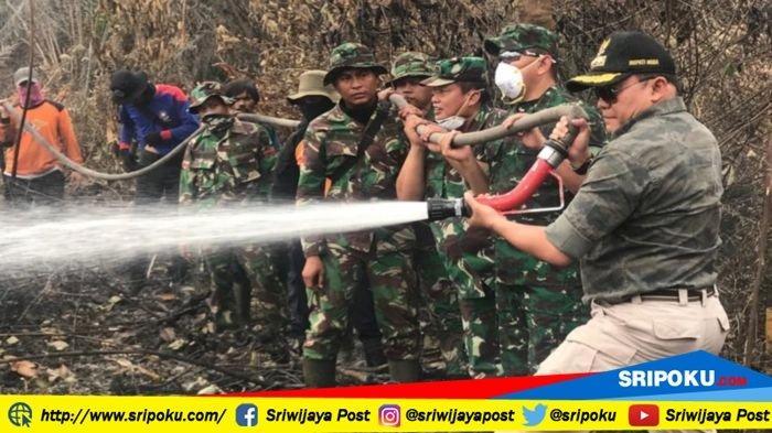 Bupati Muba Dodi Reza Alex Berjalan Kaki 1 Kilometer Bantu Padamkan Api di Lokasi Kebakaran Lahan