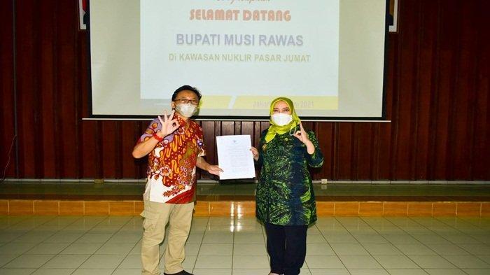Bupati Musi Rawas Hj Ratna Machmud menerima SK Menteri Pertanian Republik Indonesia Nomor : 90/HK.540/C/03/2021, dan Nomor : 89/HK.540/C/03/2021, tentang pelepasan calon varietas padi sawah DR-06 sebagai varietas unggul dengan nama DAYANG MURATAN 1 dan DAYANG MURATAN 4 yang diserahkan oleh Kepala Badan Tenaga Nuklir Nasional (BATAN) Prof Dr Ir Anhar Riza Antariksawan, di Kawasan Nuklir Pasar Jumat-PAIR BATAN Jakarta, Jumat (11/6/2021)